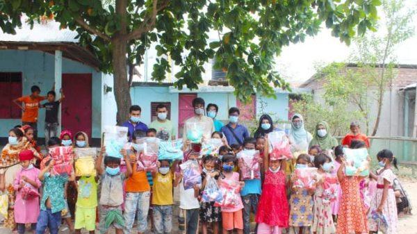 মুন্সীগঞ্জে আনন্দ পাঠশালার উদ্যোগে ঈদ বস্ত্র বিতরণ